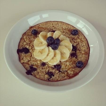 Ovenbaked Porridge mit Bananen, Heidelbeeren & Ahornsirup